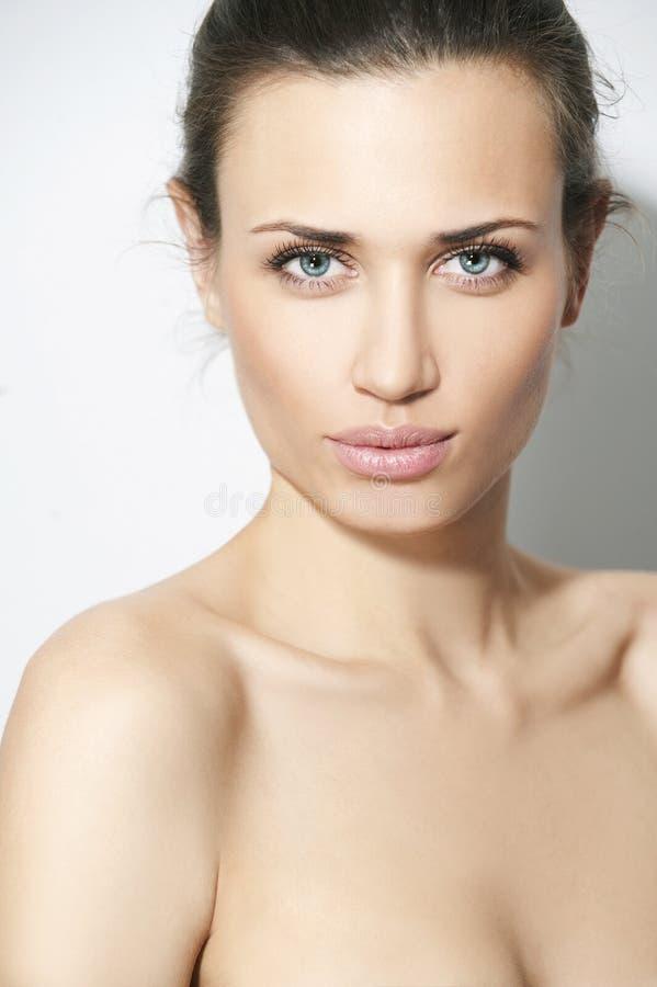 Femmes normaux de beauté à l'arrière-plan blanc images stock