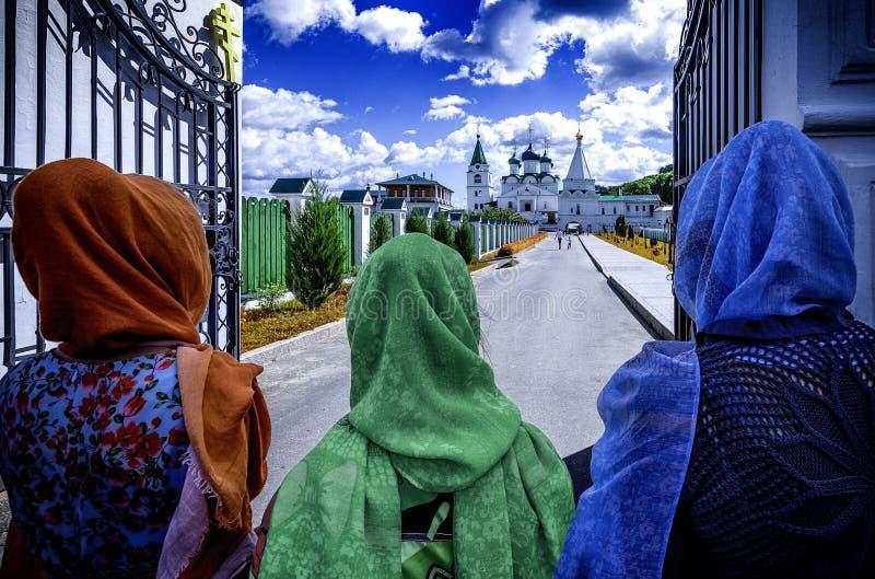 Femmes orthodoxes avec les écharpes colorées, concept de foi photo libre de droits