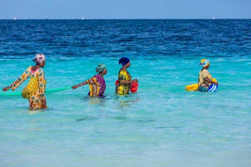 Femmes pêchant l'Afrique de l'Est de la Tanzanie d'île d'Unguja Zanzibar de plage de Kendwa photo libre de droits