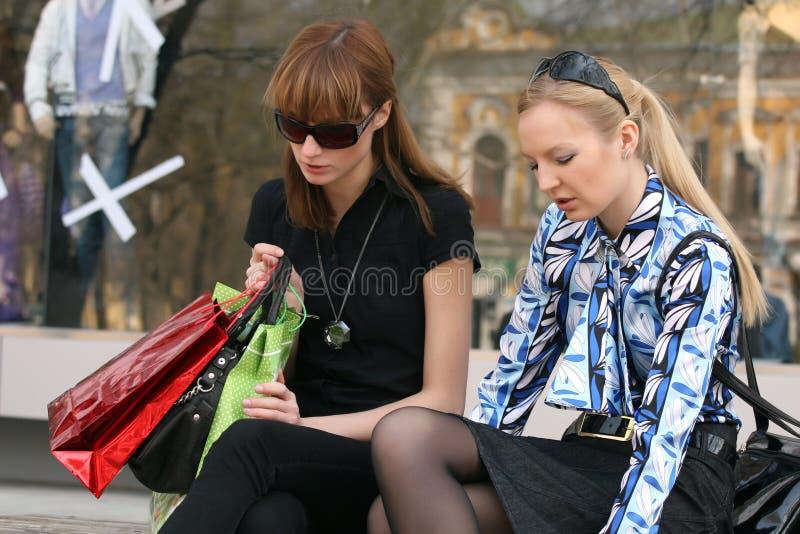 Femmes parlant après l'achat images stock