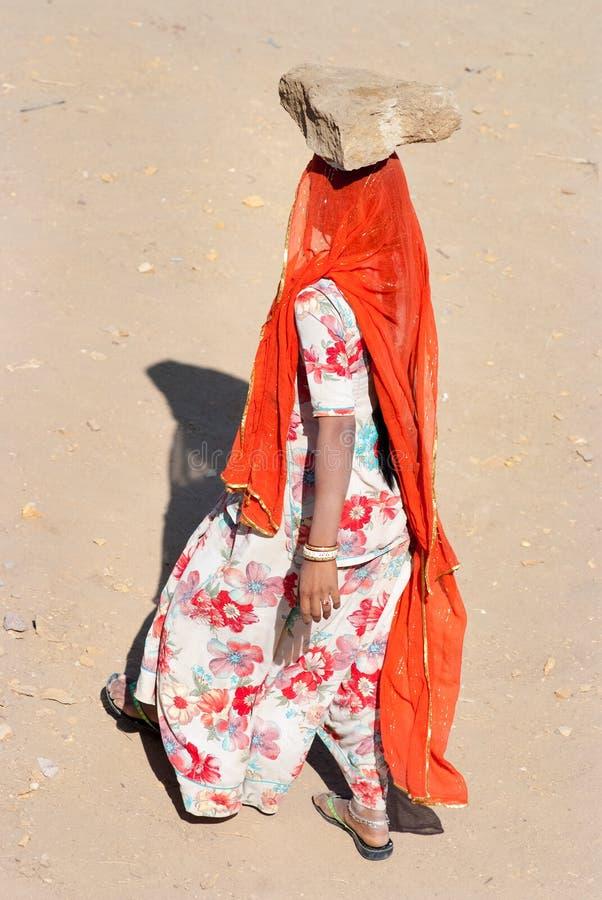Femmes portant des briques sur un chantier de construction dans l'Inde photo stock