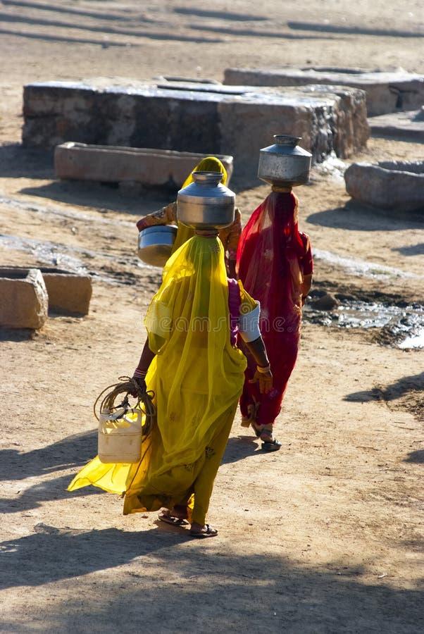 Femmes portant l'eau au Ràjasthàn photographie stock