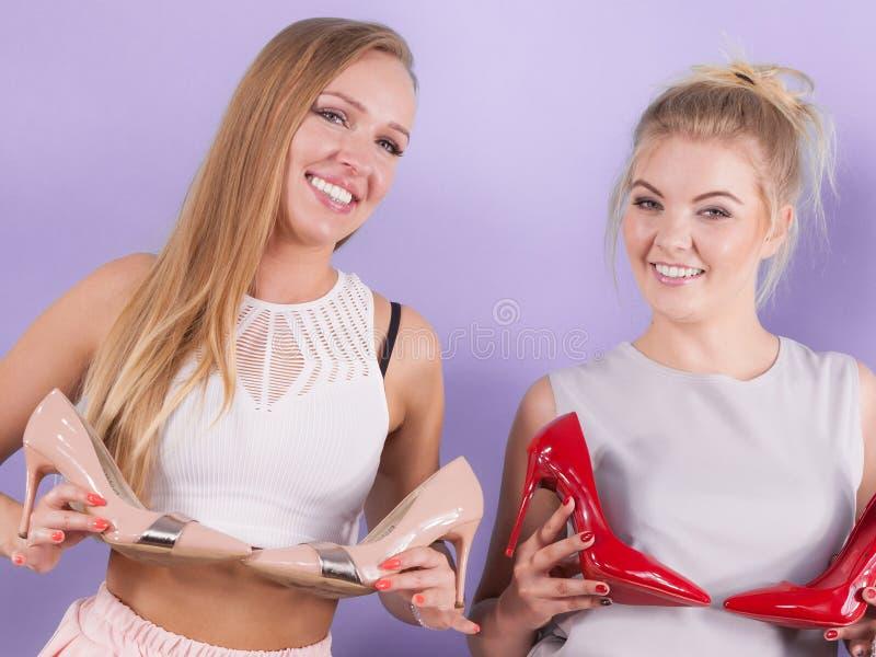 Femmes pr?sent des chaussures de talons hauts photographie stock