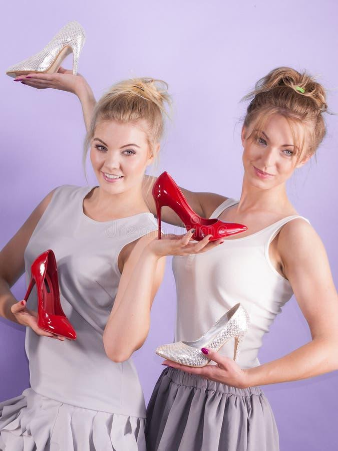 Femmes pr?sent des chaussures de talons hauts photographie stock libre de droits