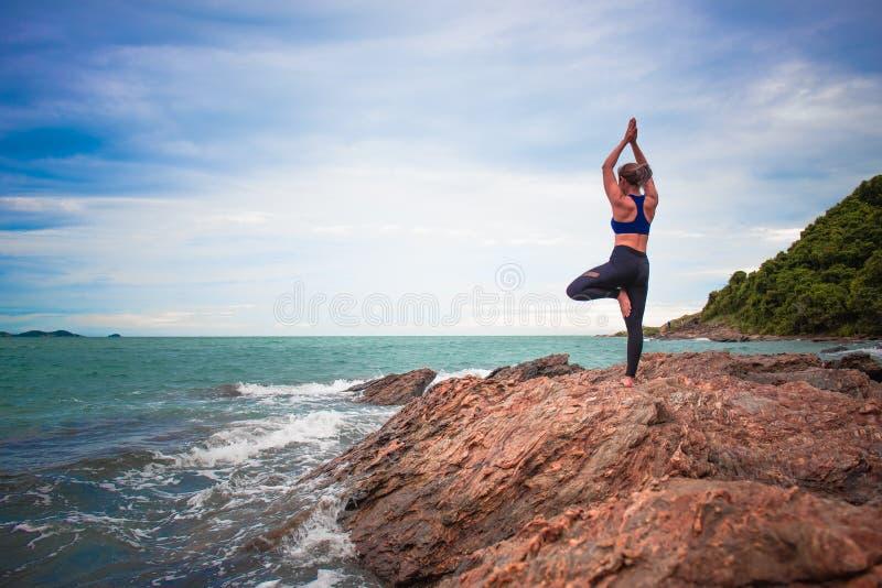 Femmes pratiquant le yoga images libres de droits