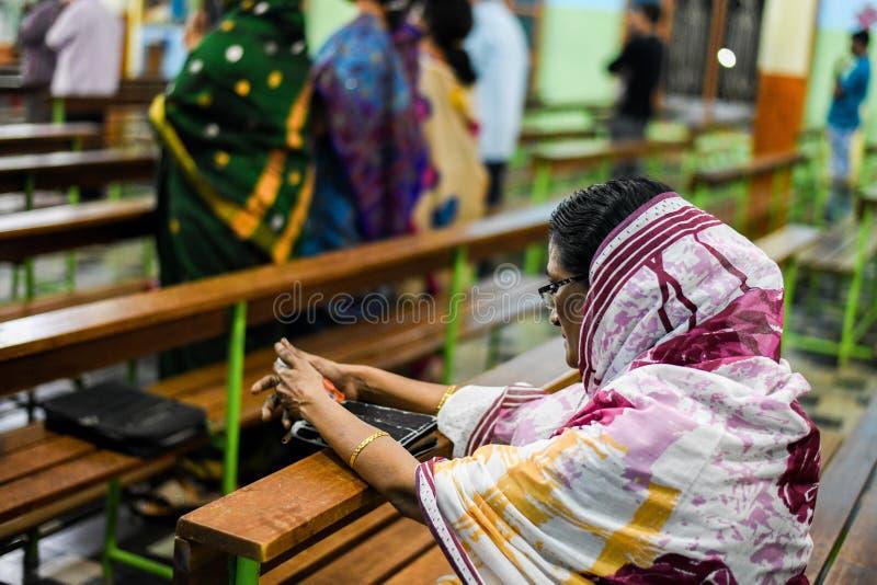 Femmes priant Jésus avec la bible dans le pasteur d'église et le dieu de prière de personnes dans l'église image stock
