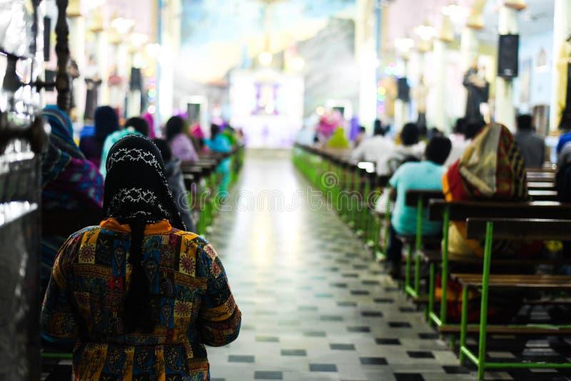 Femmes priant un dieu dans le pasteur d'église et le dieu de prière de personnes dans l'église images libres de droits