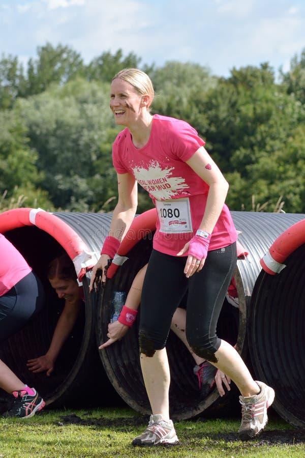 Femmes réunissant l'argent pour la charité de Cancer dans la course pendant la vie images libres de droits