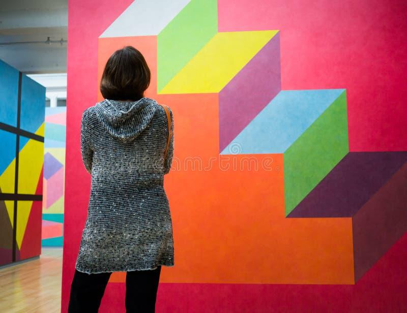 Femmes regardant l'art moderne images libres de droits