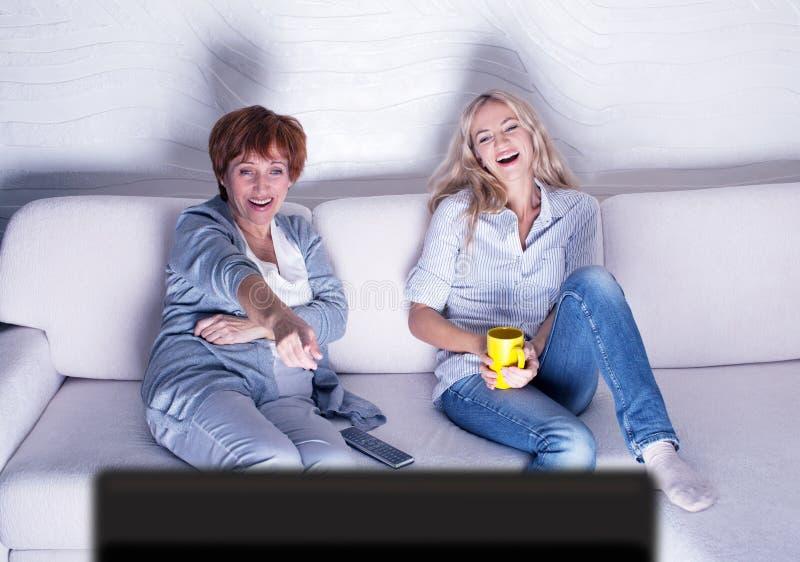Femmes regardant la comédie de film photo stock