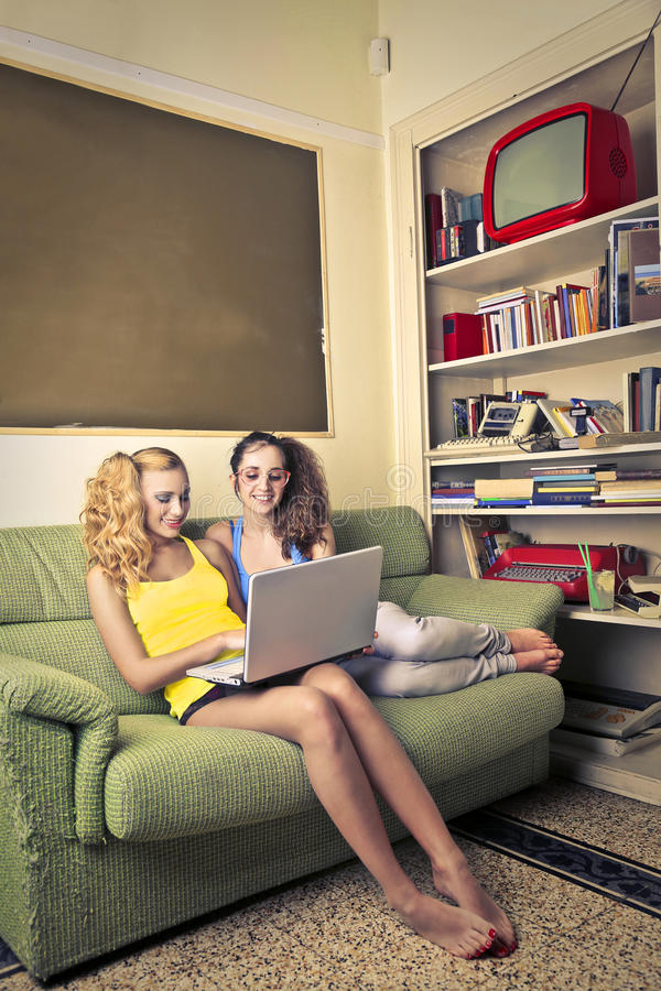 Femmes regardant quelque chose sur un ordinateur portable photos stock