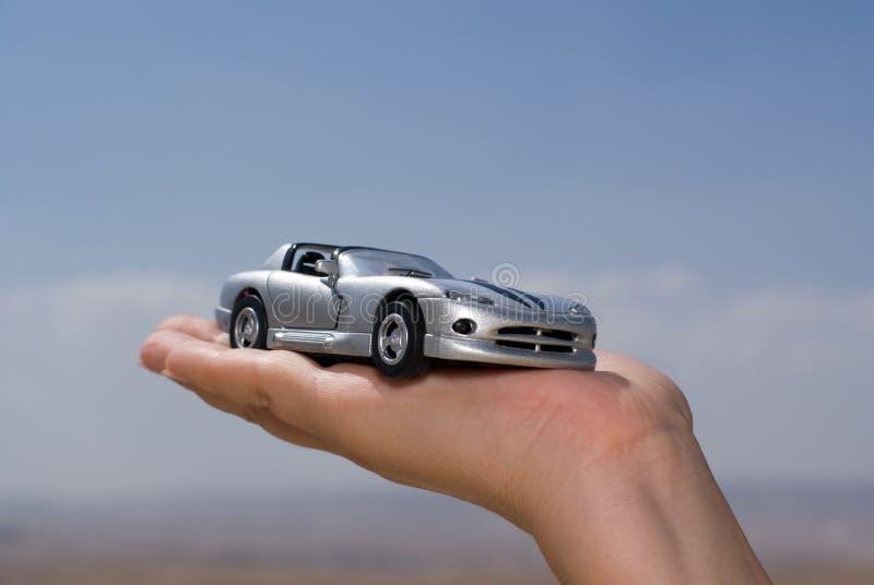 Femmes retenant un véhicule modèle image stock