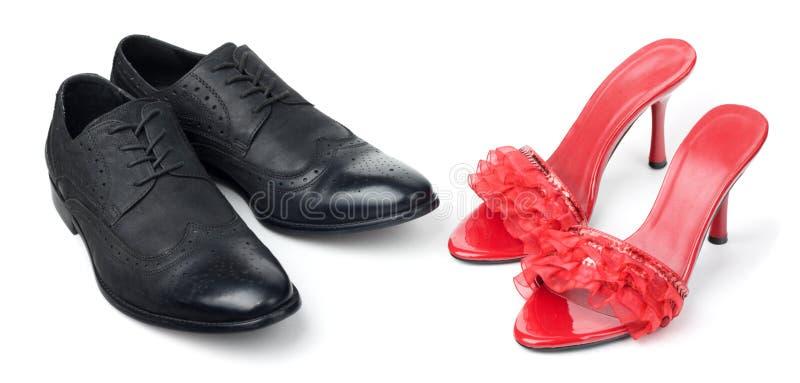 Femmes rouges et chaussures noires de mens images stock