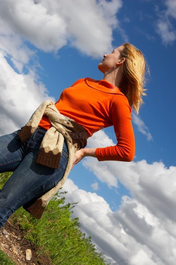 Femmes, route et nuages. image stock