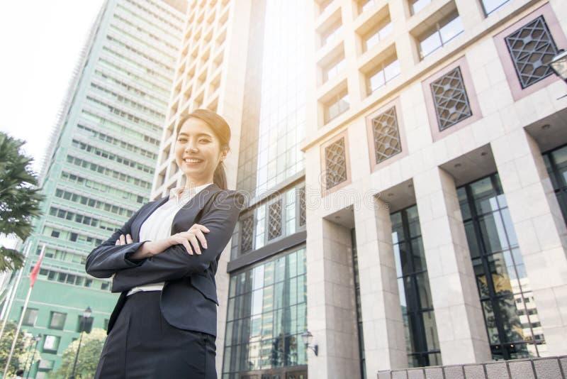 Femmes sûres d'affaires se tenant avec l'édifice haut images libres de droits