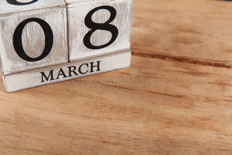 Femmes ` s jour 8 mars avec le calendrier de bloc en bois images stock