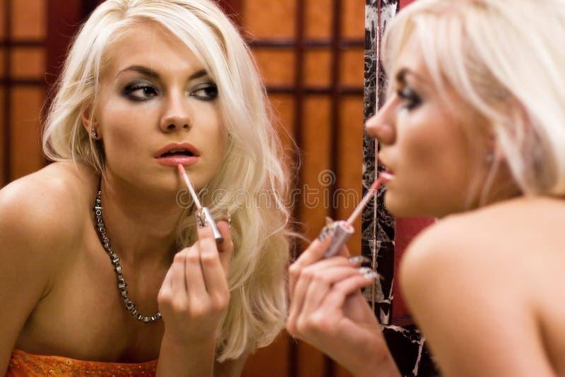 Femmes se préparant à une réception images stock