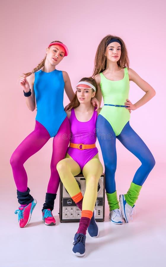 Femmes sportives avec le rétro tourne-disque images libres de droits