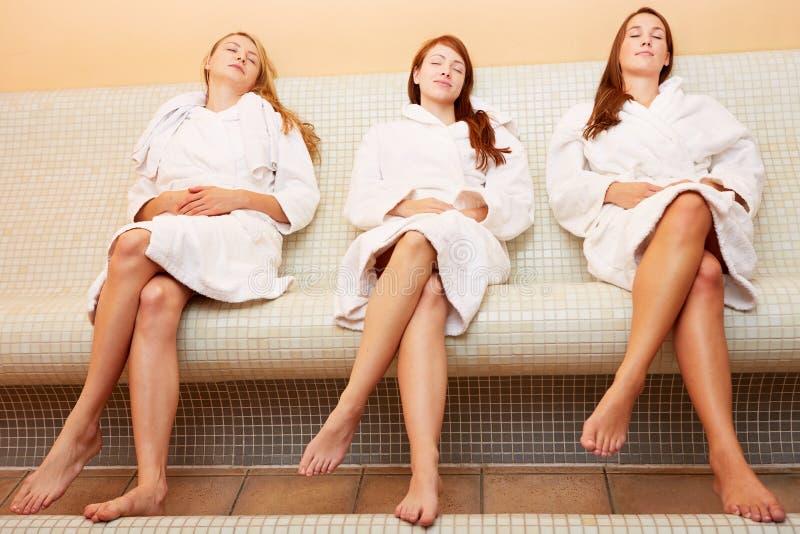 Femmes sur la détente heated de banc images stock