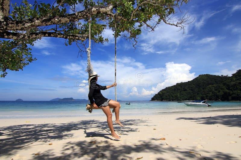 Femmes sur la plage photographie stock libre de droits