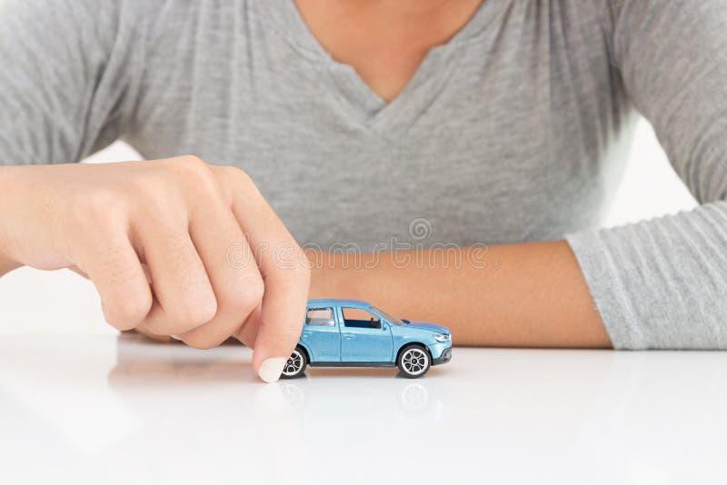 Femmes tenant des affaires de crédit-bail de voiture modèle images libres de droits