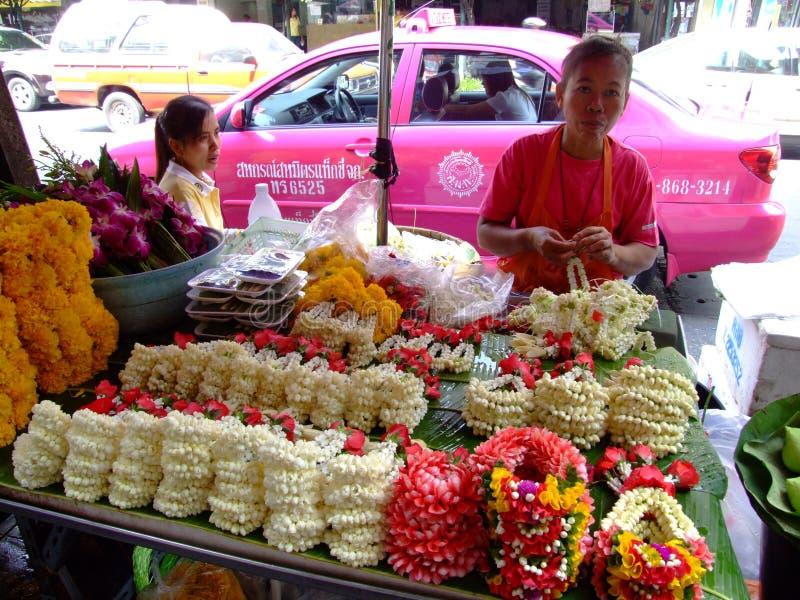 Femmes thaïes vendant les fleurs bouddhistes, Thaïlande. photographie stock libre de droits