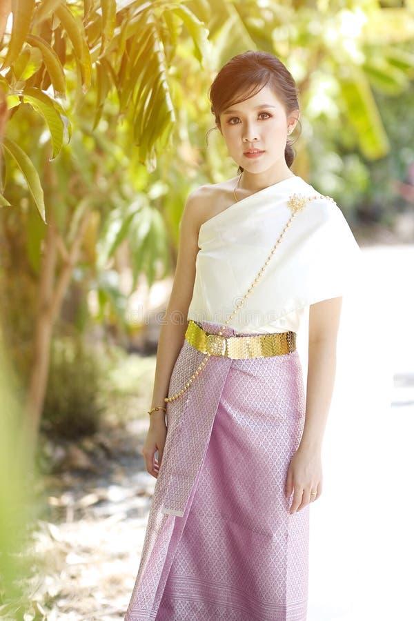 Femmes thaïlandaises de portrait portant les vêtements thaïlandais dans la lumière naturelle image libre de droits