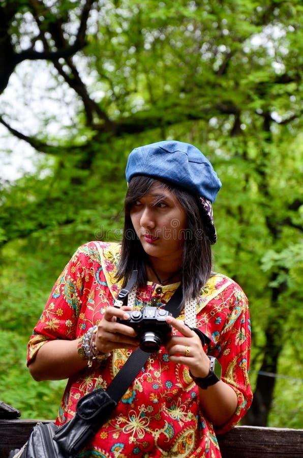 Femmes thaïlandaises tirant la photo au monastère de Shwenandaw images stock