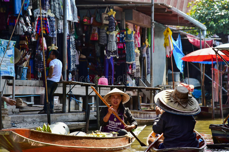 Femmes thaïlandaises travaillant dans un bateau sur le marché de flottement Bangkok voisin image libre de droits
