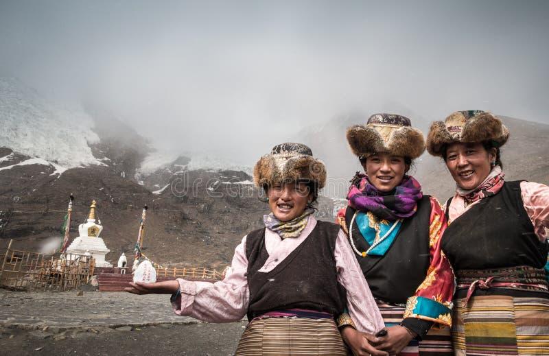 Femmes tibétaines dans des costumes traditionnels photo stock