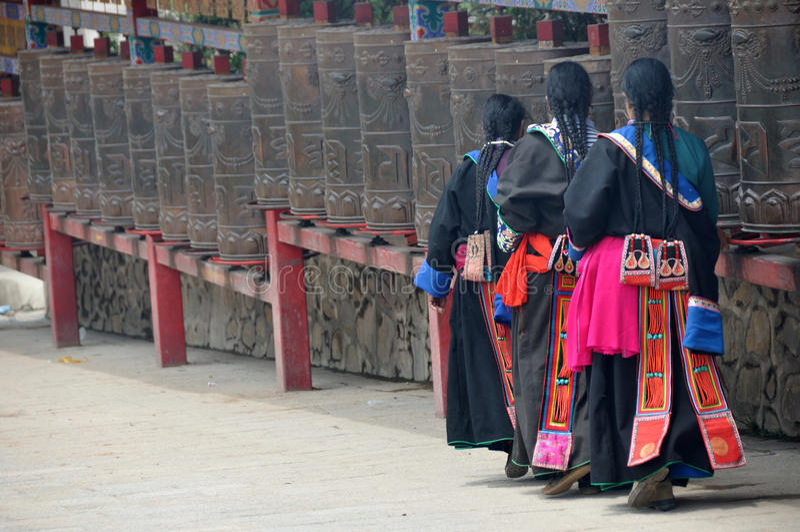 Femmes tibétains faisant tourner des roues de prière images libres de droits