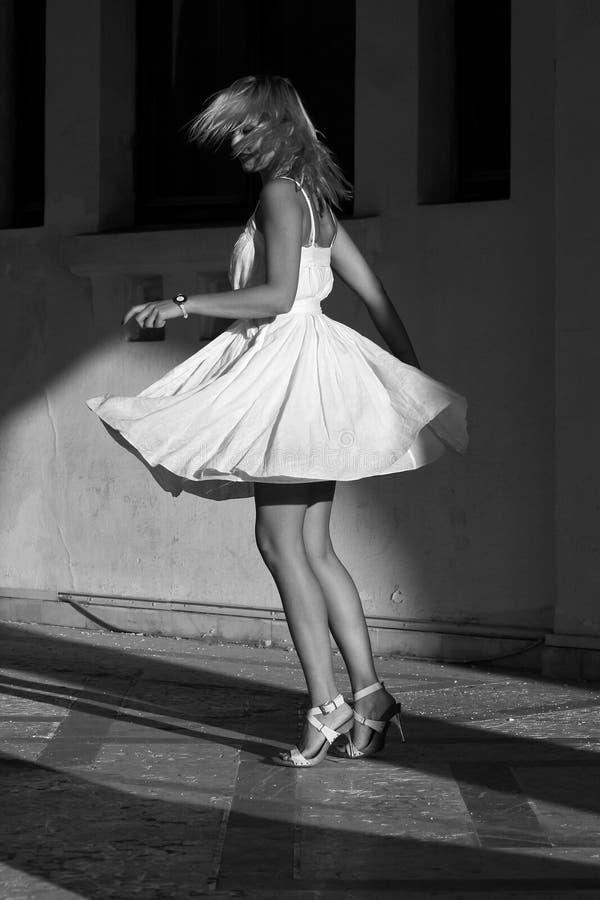 Femmes tournant dans une robe photographie stock