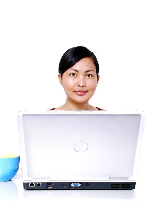 Femmes travaillant sur l'ordinateur portatif images libres de droits