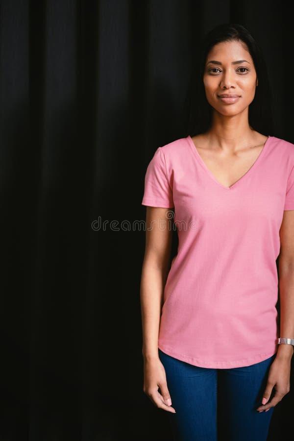 femmes une dans la position rose pour le cancer du sein photographie stock