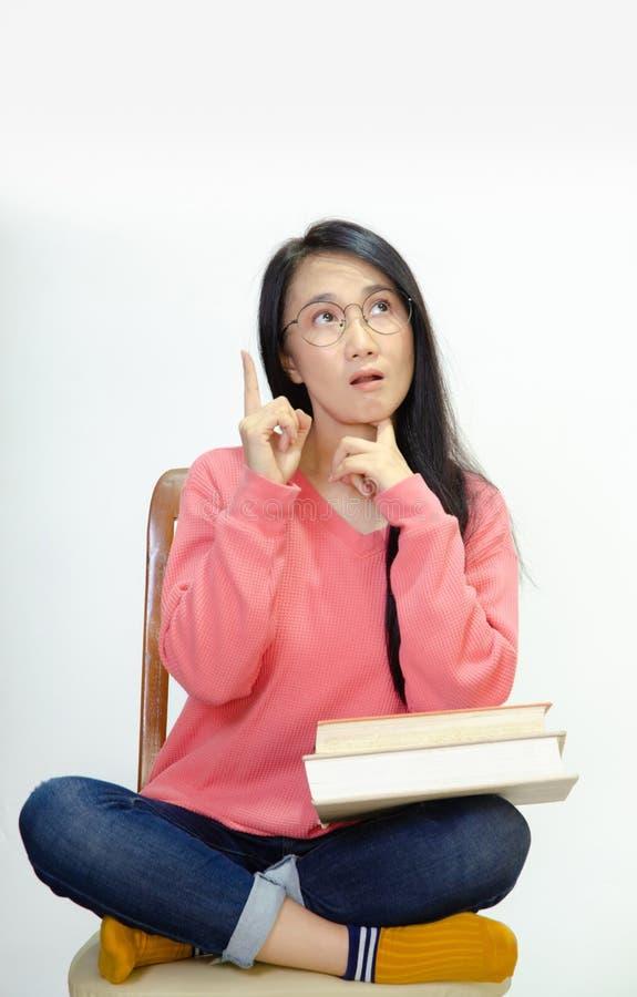 Femmes utilisant les chemises roses sur des chaises photographie stock libre de droits