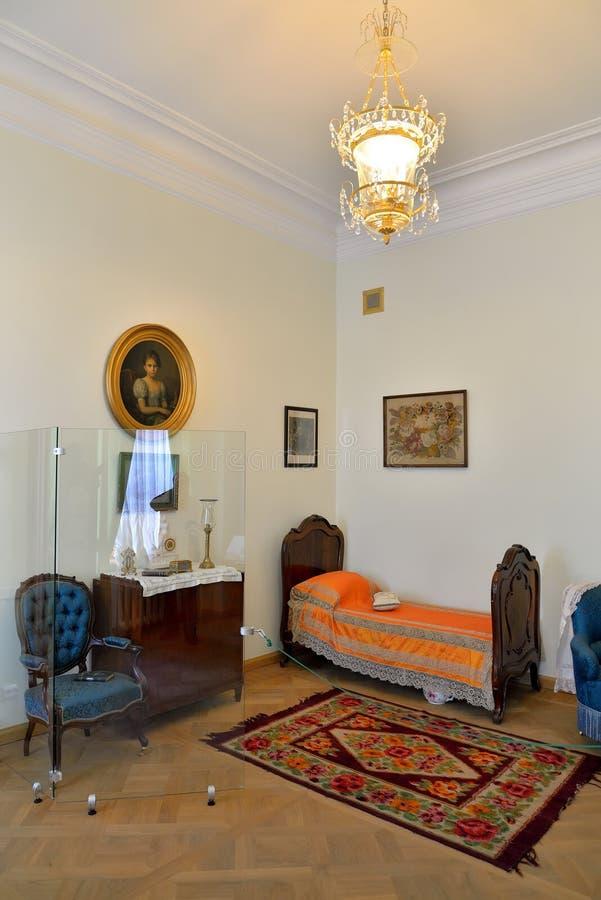 Femmes : vue de chambre à coucher dans le palais de Gatchina photos libres de droits