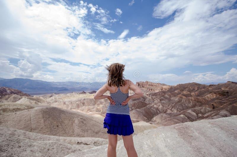 Femmina adulta con la parte posteriore che affronta la macchina fotografica al punto di Zabriskie nel parco nazionale di Death Va fotografie stock
