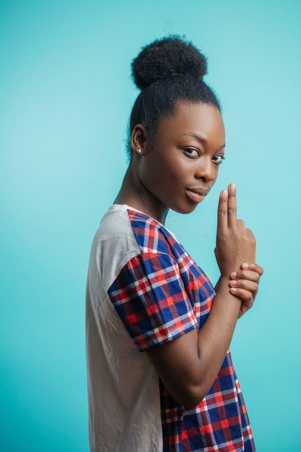 Femmina afroamericana pericolosa concetto di legittima difesa gioco del gioco con i bambini fotografia stock libera da diritti