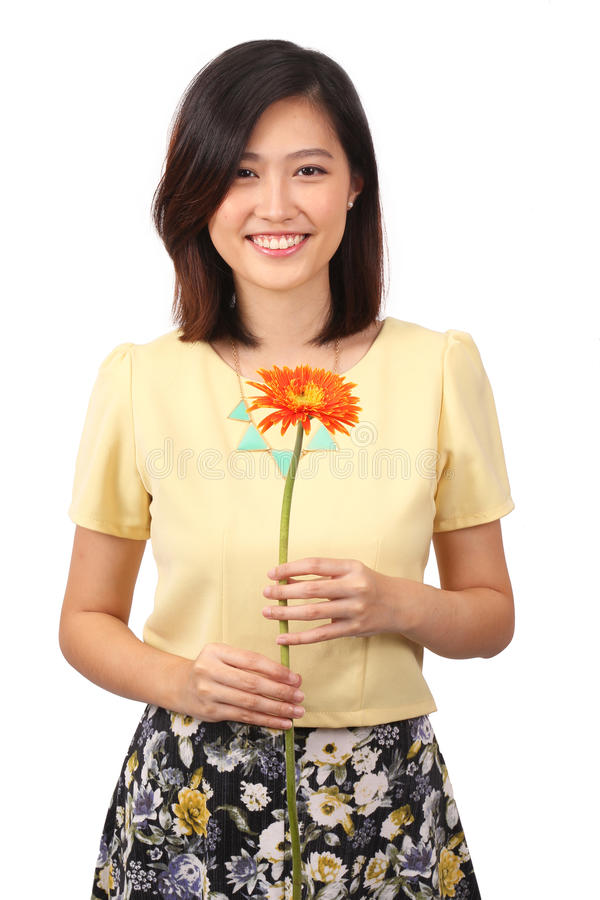 Femmina asiatica in fiore della tenuta di abbigliamento casual fotografia stock