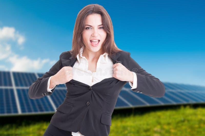 Femmina attraente alla centrale elettrica solare immagini stock libere da diritti