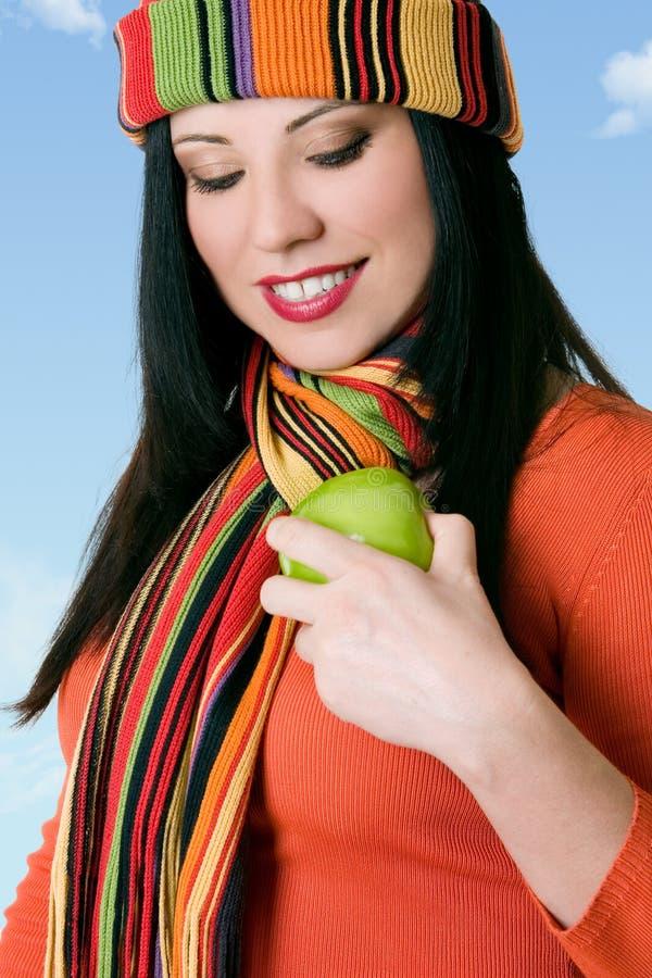 Femmina attraente che lucida una mela fresca fotografia stock