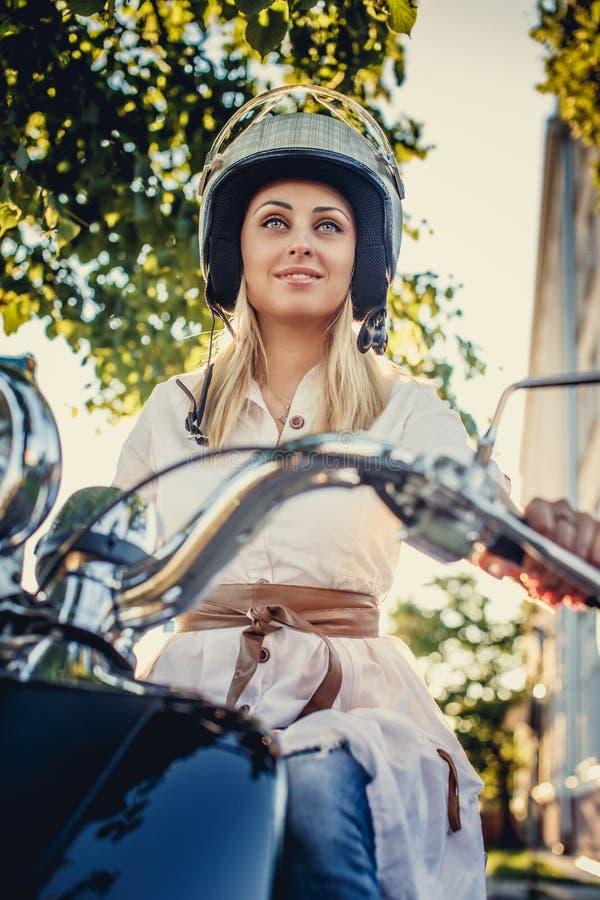 Femmina bionda nel casco di moto fotografie stock