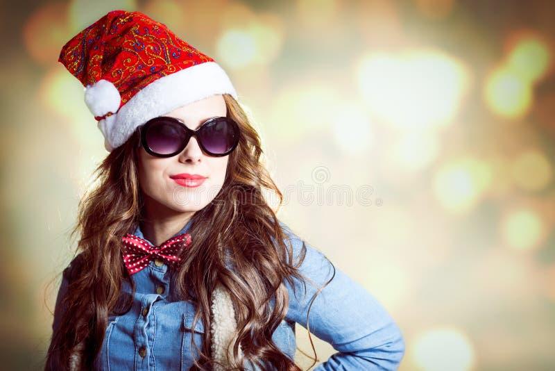 Femmina castana contenta in cappello di Natale e fotografie stock