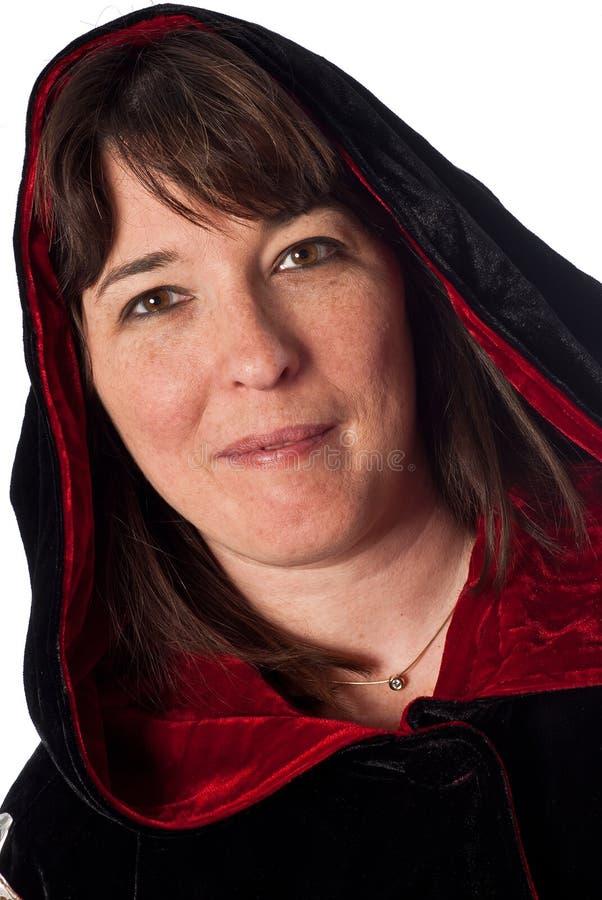 Femmina caucasica adulta che porta un abito nero e rosso fotografie stock