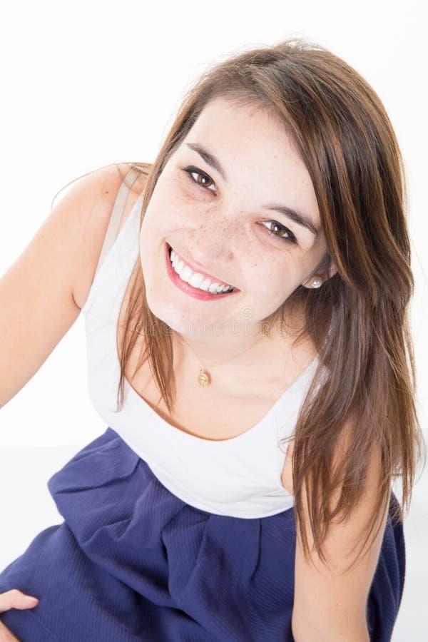 Femmina caucasica sembrante piacevole con capelli lunghi che sembrano felici in camera fotografia stock libera da diritti