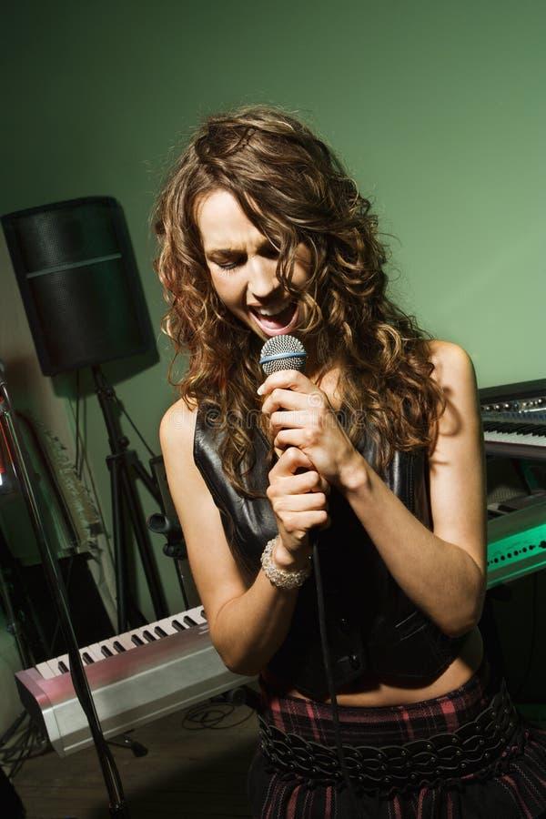 Femmina che canta nel mic. immagine stock libera da diritti