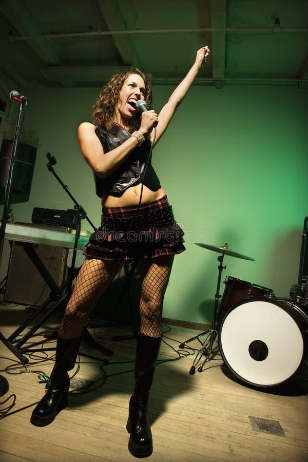 Femmina che canta nel mic. immagini stock libere da diritti