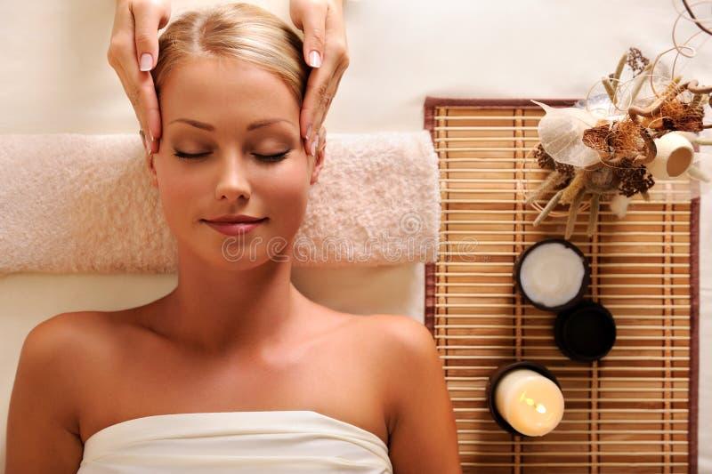 femmina che ottiene ricreazione capa di massaggio fotografie stock libere da diritti