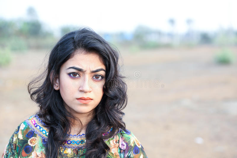 Femmina che posa ribaltamento arrabbiato fotografie stock libere da diritti