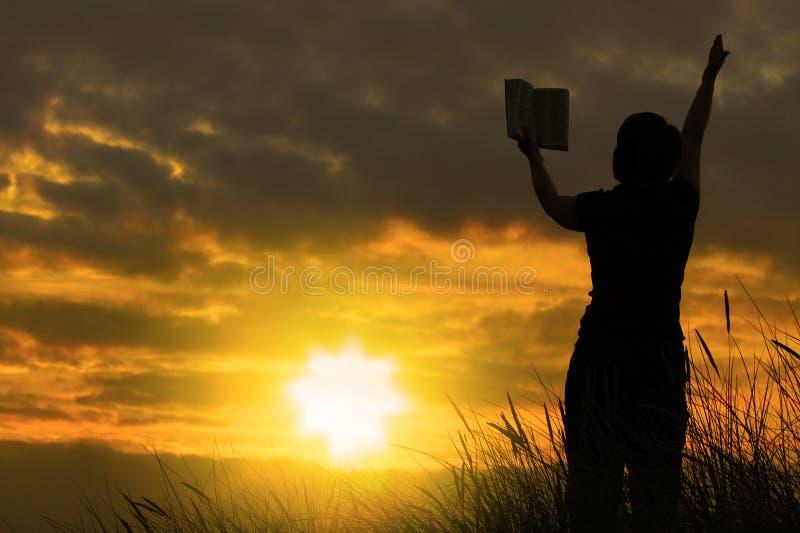 Femmina che prega con la bibbia #2 fotografia stock